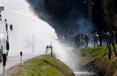Xô xát dữ dội giữa cảnh sát và người biểu tình ở biên giới Italy-Áo