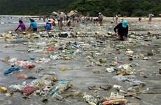 Rác tràn ngập bờ biển, Hong Kong đổ lỗi cho Trung Quốc