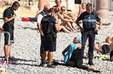 4 viên cảnh sát Pháp bao vây, bắt một phụ nữ cởi đồ bơi burkini