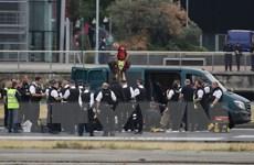 Người biểu tình chiếm đường băng, sân bay ở London phải đóng cửa