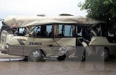 Xe khách phanh gấp va phải xe container, 7 người nhập viện