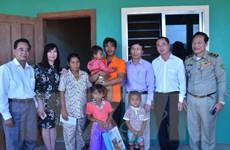Đại sứ quán Việt Nam thăm hỏi cháu bé Campuchia bị hành hạ