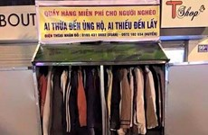 Ấm áp tủ quần áo từ thiện giữa lòng Thủ đô trong ngày mưa
