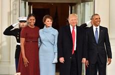 Khoảnh khắc bối rối của bà Obama khi nhận quà từ bà Trump