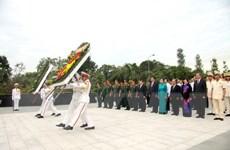 Lãnh đạo Thành phố Hồ Chí Minh viếng nghĩa trang liệt sỹ