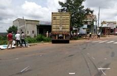 Xe cứu hộ giao thông kéo xe giường nằm húc thẳng vào nhà dân