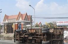 Bình Phước: Lật xe tải chở sắn, 2 người đi xe máy thiệt mạng