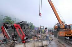 Hỗ trợ nạn nhân trong vụ lật xe khách giường nằm tại Hà Tĩnh