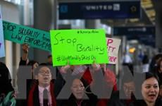 United Airlines không sa thải nhân viên cố ép hành khách rời máy bay