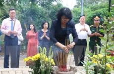 Phó Chủ tịch nước dâng hương tại Nghĩa trang Hàng Dương