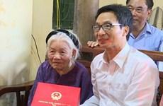 Phó Thủ tướng Vũ Đức Đam tặng quà người có công tỉnh Hưng Yên