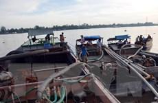 Bắt giữ 16 phương tiện thủy khai thác cát trái phép trên sông Đà