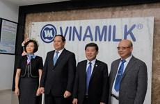 Phó Thủ tướng Lào thăm và làm việc tại Nhà máy Sữa Việt Nam