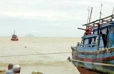 Phú Yên: Ba tàu cá mắc cạn, một ngư dân rơi xuống biển mất tích