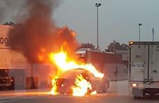 Ôtô con đang lưu thông trên Quốc lộ 1A bỗng nhiên bốc cháy