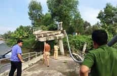 Tiền Giang: Sà lan chở cát đâm gãy hai trụ cầu Long Hòa B