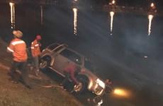 Đà Lạt: Xe ôtô 7 chỗ lao xuống hồ Xuân Hương trong đêm