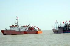 Lai dắt tàu cá cùng 6 ngư dân Quảng Bình bị nạn vào bờ an toàn