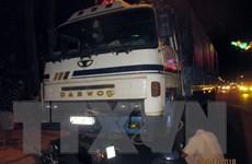 Xe tải tông hai xe máy đang chờ đèn đỏ, 4 người thương vong