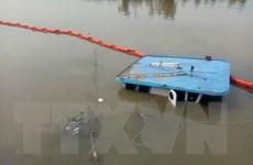 Thành phố Hồ Chí Minh: Sà lan chở hàng bị lật úp trên sông Sài Gòn