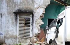 Ngồi trong nhà bị xe rác mất lái đâm gãy chân và xương sống