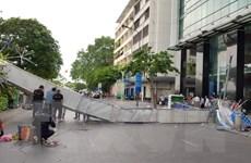 """TP.HCM: Giông lớn """"kéo"""" đổ cổng chào phố đi bộ Nguyễn Huệ"""