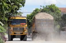 Quảng Ngãi: Người dân chặn xe chở đất cát gây ô nhiễm trên Quốc lộ 24B