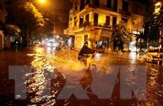 Hà Nội: Mưa lớn kèm theo gió giật bất thường đúng giờ cao điểm
