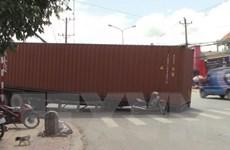 Bình Dương: Container rơi giữa đường khiến người dân hoảng loạn