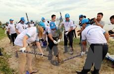 Các đại biểu dự GEF6 tham gia dọn rác trên bãi biển Đà Nẵng