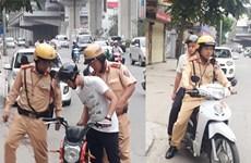 Thí sinh đến kịp trường thi nhờ xe của cảnh sát giao thông