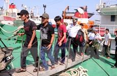 Tàu hải quân cứu nạn bảy ngư dân bị chìm tàu trên biển