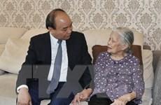 Thủ tướng Nguyễn Xuân Phúc thăm hỏi các gia đình liệt sỹ tại Hà Nội