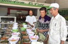 Ấm lòng bữa cơm 2.000 đồng dành cho người lao động nghèo