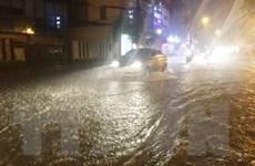 Sau cơn mưa lớn bất ngờ, nhiều phố ở Hà Nội lại biến thành 'sông'