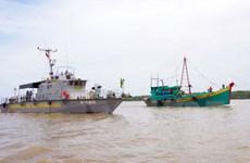Bắt quả tang hai tàu cá vận chuyển dầu trái phép trên biển