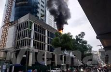 Cháy công trình của FLC trên đường Cầu Giấy, khói bốc cao hàng mét