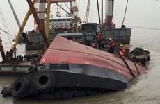 Nam Định: Lật tàu chở hơn 1.000 tấn ximăng trên sông Đào