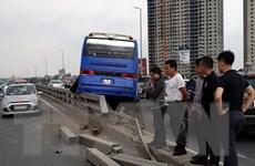 Hà Nội: Xe khách mất lái đâm vào dải phân cách trên cầu Nhật Tân