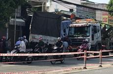 TP.HCM: Xe tải nổ lốp, tông sập hai căn nhà ven đường