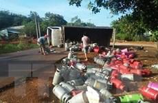Xe tải chở gas bị lật làm hàng chục bình gas rơi xuống đường
