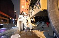 TP.HCM: Tai nạn liên hoàn, xe 4 chỗ lọt vào gầm xe container