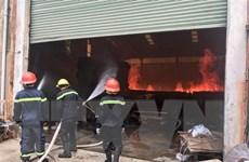 Cháy lớn thiêu rụi xưởng gỗ rộng hơn 1.000m2 trong khu dân cư