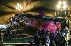 Xe buýt chở 50 người rơi xuống vực, ít nhất 13 người thiệt mạng