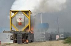 Xe chở hóa chất cháy dữ dội sát cây xăng trên cao tốc Nội Bài-Lào Cai