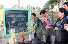 Thắp hương tưởng niệm tại Khu chứng tích tội ác quân Khmer đỏ