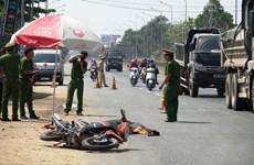 Hai xe tải chở dăm gỗ vượt nhau va vào xe máy, 1 người tử vong tại chỗ