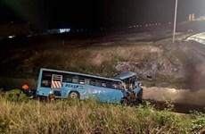 Xe chở nhân viên hãng Malaysia Airlines lao xuống kênh, 10 người chết
