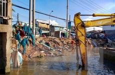 Đi qua hiện trường vụ sạt lở bờ kênh, ghe chở 80 tấn gạo bị chìm