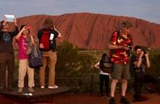Australia: Du khách đổ xô lên núi Uluru trước khi bị đóng cửa
